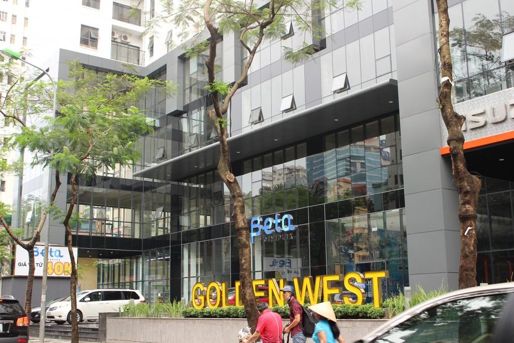 Tại tòa nhà Golden West, xe máy chật cửa, ô tô đỗ đầy đường, không có cả chỗ đi bộ.