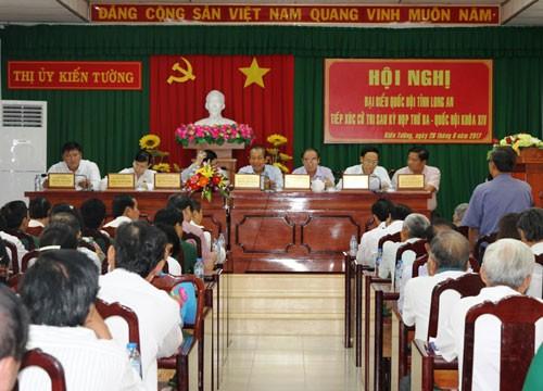 Đoàn đại biểu Quốc hội đơn vị tỉnh Long An tiếp xúc với cử tri thị xã Kiến Tường. Ảnh: VGP