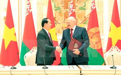 Chủ tịch nước Trần Đại Quang và Tổng thống Belarus Alexander Lukashenko tại Lễ ký Tuyên bố chung Về phát triển toàn diện và sâu rộng giữa Cộng hòa xã hội chủ nghĩa Việt Nam và Cộng hòa Belarus. Ảnh: TTXVN