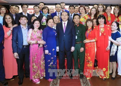 Chủ tịch nước Trần Đại Quang và Phu nhân cùng đại diện cộng đồng, doanh nghiệp và lưu học sinh Việt Nam đang sinh sống, kinh doanh, học tập tại Nga trong buổi gặp mặt.