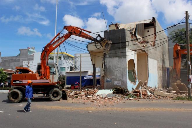 Lực lượng chức năng dùng máy múc phá bỏ hạng mục công trình.