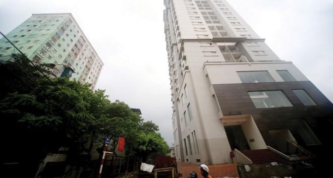 Tòa nhà 4A thuộc Dự án Đầu tư xây dựng dải đất phía Nam đường Đại Cồ Việt dù đã hoàn thành cả chục năm nay, nhưng vẫn để không.