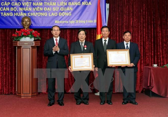 Chủ tịch nước Trần Đại Quang trao tặng Huân chương Lao động hạng Nhất cho Đại sứ Nguyễn Thanh Sơn và Huân chương Lao động hạng Nhì cho Đại sứ quán Việt Nam tại Liên bang Nga. Ảnh: TTXVN
