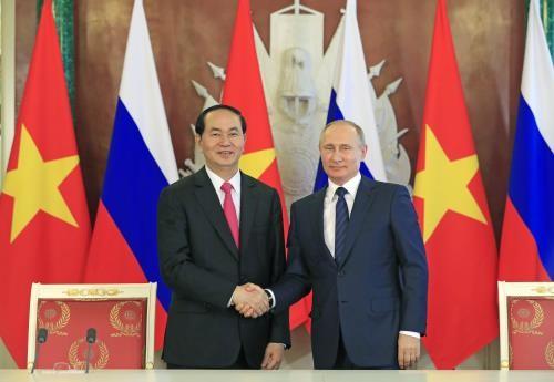 Chủ tịch nước Trần Đại Quang và Tổng thống Liên bang Nga V. Putin bắt tay sau Lễ ký các văn kiện hợp tác giữa hai nước ngày 29/6/2017. Ảnh: Nhan Sáng-TTXVN