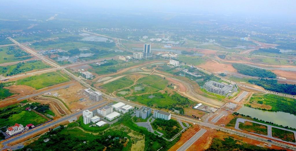 Được thành lập từ năm 1998, Khu công nghệ cao Hoà Lạc được xây dựng với định hướng trở thành một đô thị sinh thái thông minh, là nơi tập trung, liên kết các hoạt động đào tạo nhân lực, nghiên cứu và phát triển cũng như cung ứng dịch vụ công nghệ cao. Tuy