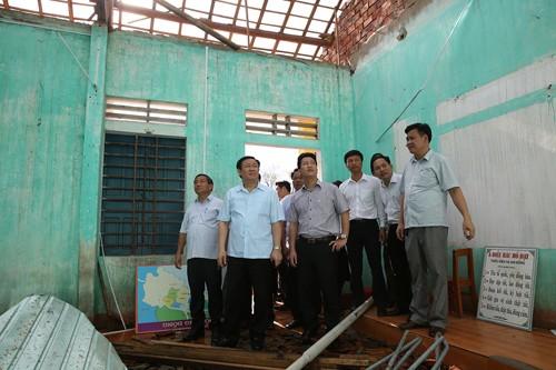 Phó Thủ tướng và đoàn công tác đến động viên thầy cô Trường Tiểu học Kỳ Thịnh 2 (xã Kỳ Thịnh, thị xã Kỳ Anh), ngôi trường bị bão số 10 gây thiệt hại nặng nề. Ảnh: VGP
