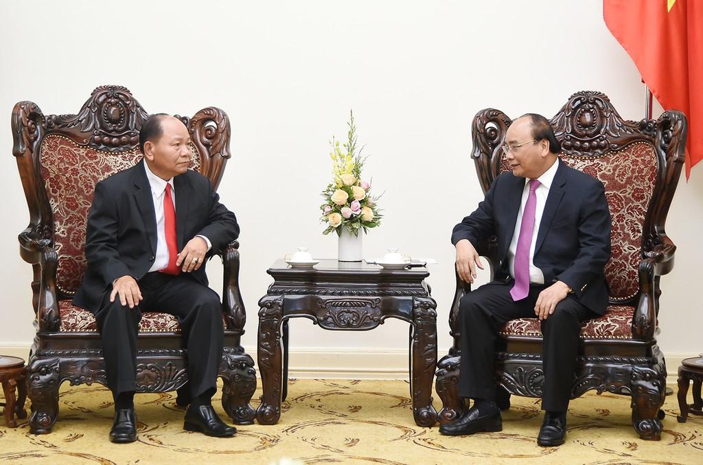 Thủ tướng Nguyễn Xuân Phúc và Bộ trưởng Nội vụ Lào Khammanh Sounvileuth. Ảnh: VGP