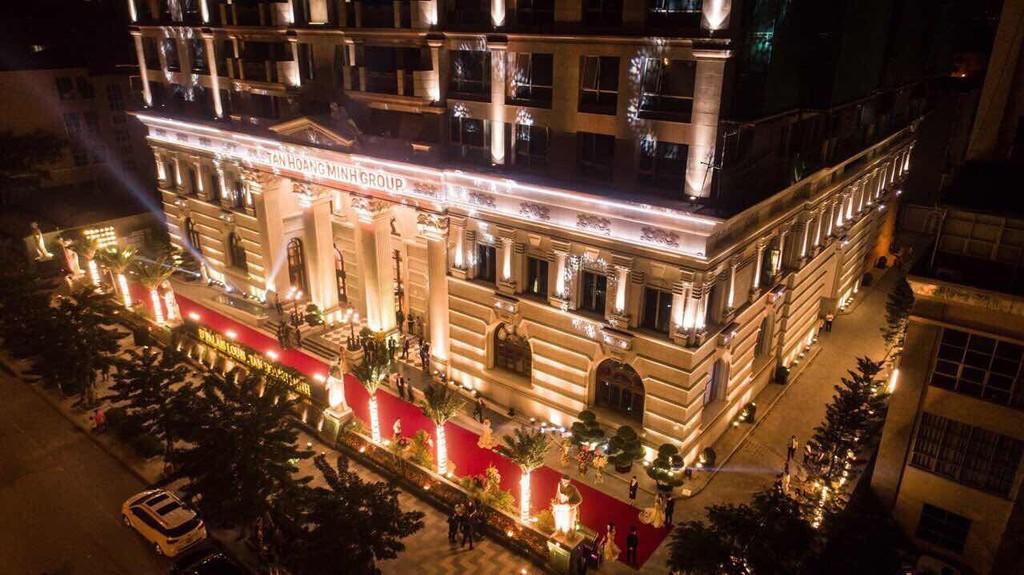 Với ánh sáng trang hoàng, lộng lẫy, D'. Palais Louis hiện hữu như một cung điện kiêu sa trên đại lộ Nguyễn Văn Huyên.