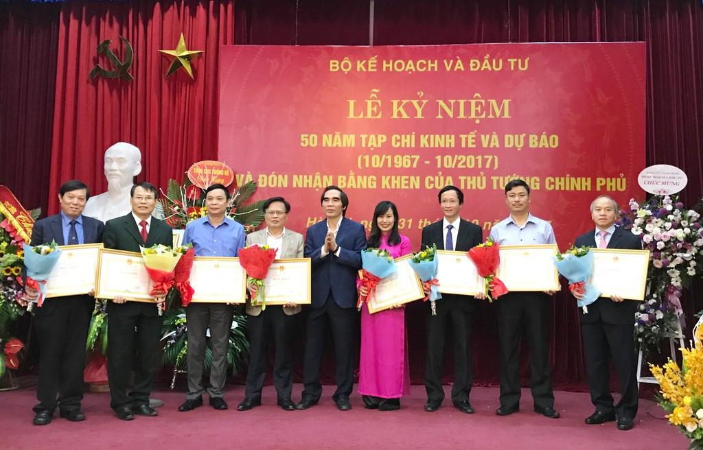 Thứ trưởng Bộ KH&ĐT Nguyễn Văn Trung trao tặng Bằng khen của Bộ trưởng Bộ KH&ĐT cho các tập thể. Ảnh: Hải Bình