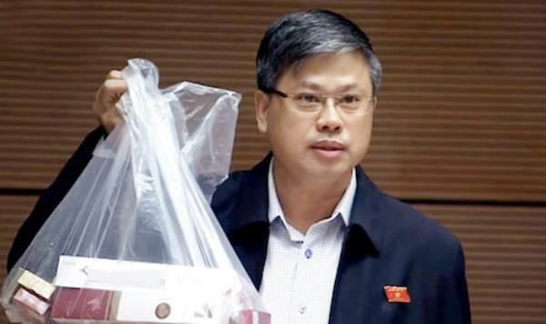 Đại biểu Nguyễn Sỹ Cương (đoàn Ninh Thuận) mang tới hội trường Quốc hội cả túi thuốc lá lậu mua được dễ dàng.