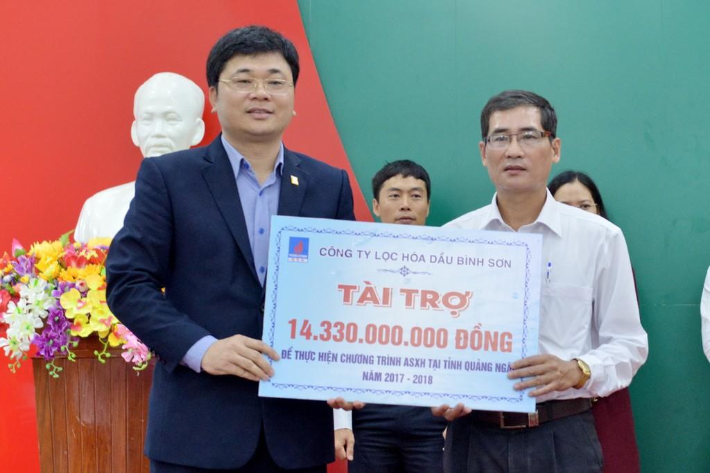 Tổng giám đốc BSR Trần Ngọc Nguyên trao bảng tượng trưng 14,33 tỷ đồng ủng hộ Chương trình ASXH tại tỉnh Quảng Ngãi năm 2017.