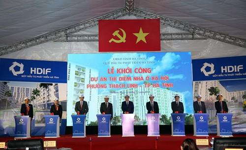Phó Thủ tướng Vương Đình Huệ và các đại biểu tại lễ khởi công dự án nhà ở xã hội đầu tiên của Hà Tĩnh. Ảnh: VGP