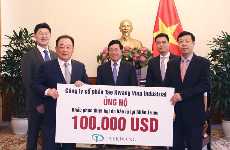 Công ty cổ phần Tae Kwang ủng hộ khắc phục thiệt hại do bão lũ tại một số tỉnh miền Trung, Việt Nam vừa qua. Ảnh: VGP