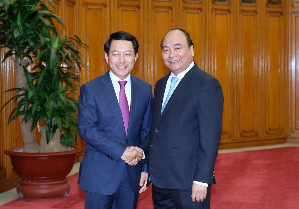Thủ tướng Nguyễn Xuân Phúc và Bộ trưởng Bộ Ngoại giao Lào Saleumxay Kommasith. Ảnh: VGP