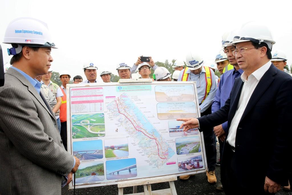 Phó Thủ tướng yêu cầu VEC đẩy nhanh tiến độ, bảo đảm chất lượng công trình. Ảnh: VGP