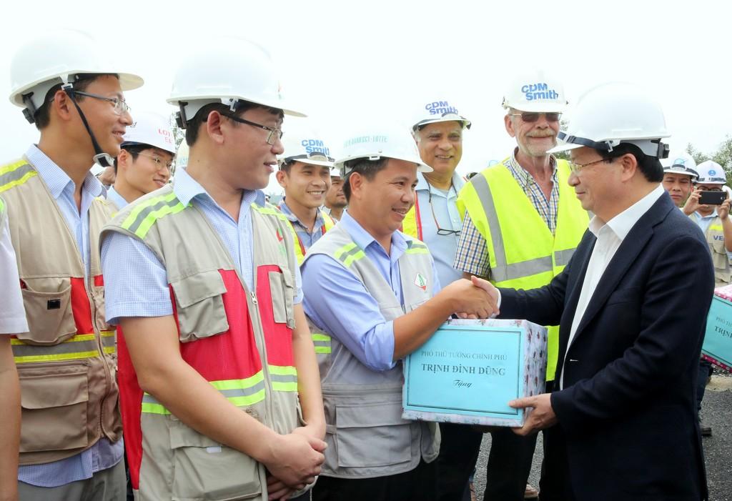 Đẩy nhanh tiến độ hoàn thành tuyến cao tốc Đà Nẵng - Quảng Ngãi - ảnh 2