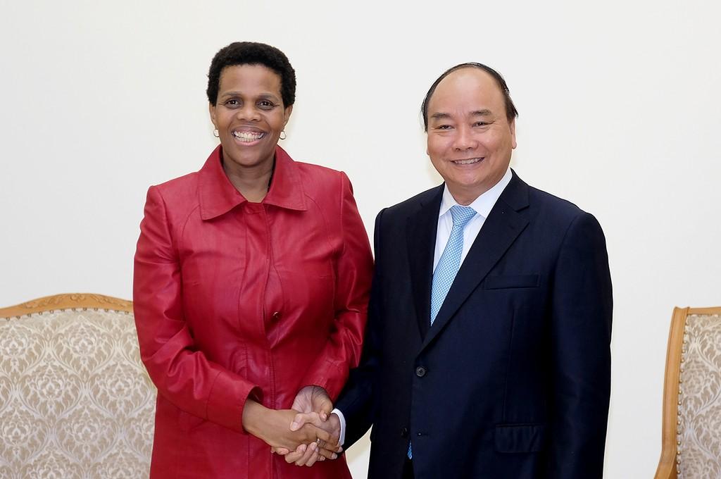 Thủ tướng Nguyễn Xuân Phúc tiếp bà Kgomotso Ruth Magau, Đại sứ Nam Phi tại Việt Nam. Ảnh: VGP