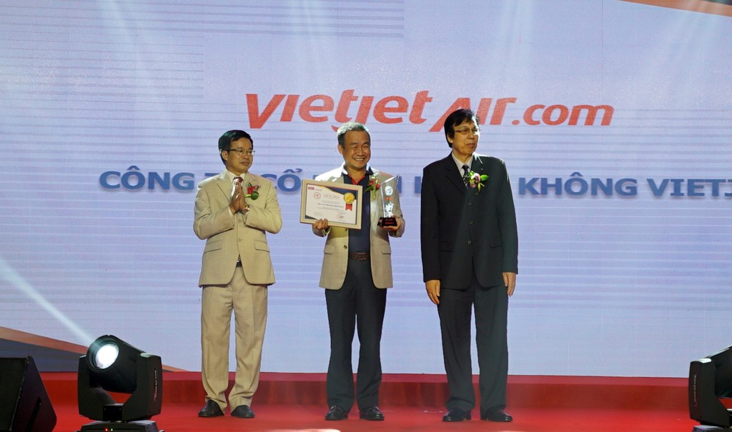 Giám đốc Điều hành Lưu Đức Khánh đại diện cho Vietjet tham dự chương trình và nhận giải thưởng từ ban tổ chức.