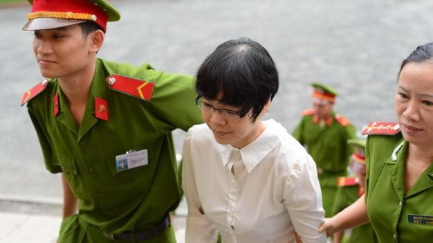 Bị cáo Huỳnh Thị Huyền Như được dẫn giải đến tòa.