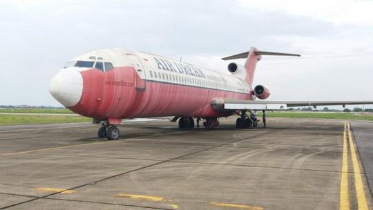 Chiếc Boeing 727 bị bỏ rơi ở Nội Bài từ năm 2007, sau nhiều lần được di chuyển hiện đang đỗ ở vị trí khẩn nguy. Ảnh: Báo Người Lao động
