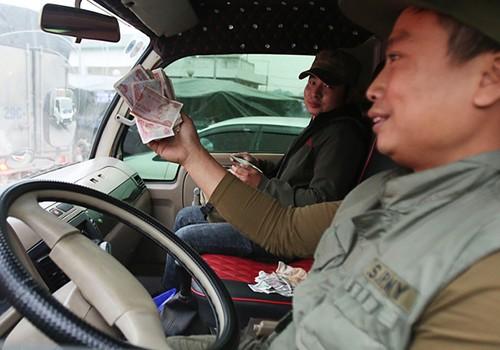 Tài xế trả tiền lẻ tại trạm BOT quốc lộ 5 ngày 11/12.