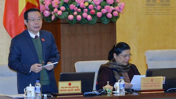 Phó chủ tịch Quốc hội Phùng Quốc Hiển điều hành phiên thảo luận.