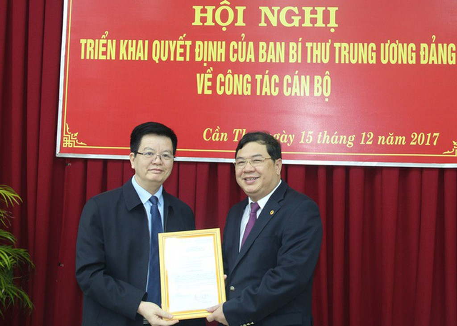 Ông Mai Văn Chính - uỷ viên Ban chấp hành Trung ương Đảng, Phó trưởng Ban Tổ chức Trung ương trao quyết định cho ông Phạm Gia Túc