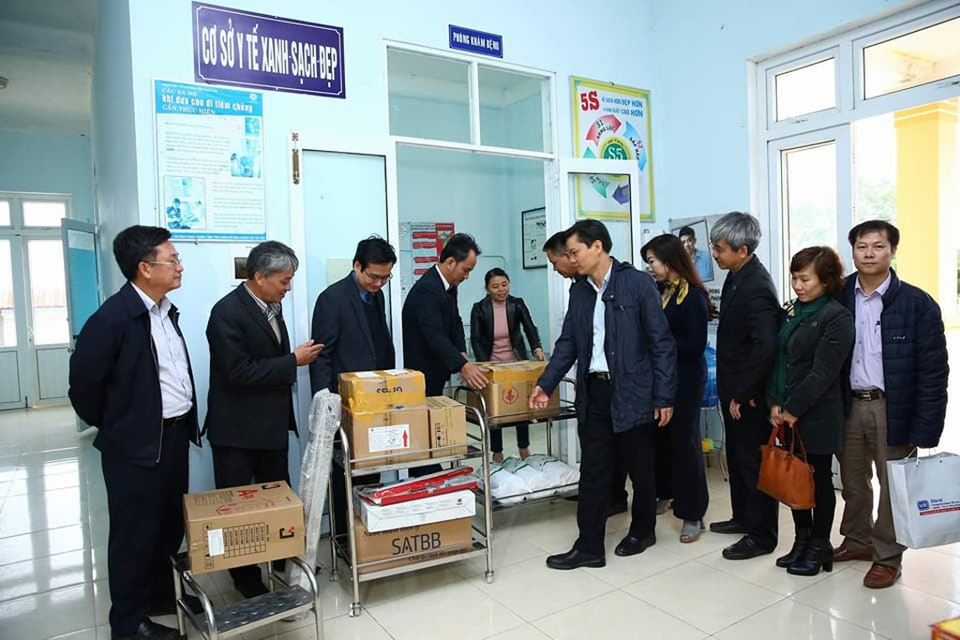 Lãnh đạo các đơn vị thuộc Bộ KH&ĐT tặng quà hỗ trợ tại Trạm Y Tế xã Gio Mai, huyện Gio Linh (Quảng Trị). Ảnh: Lê Tiên