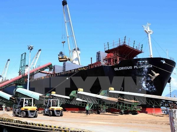Hệ thống sàn nâng, băng chuyền được đưa vào sử dụng góp phần tăng nâng suất vận chuyển hàng qua cảng Đà Nẵng. Ảnh: TTXVN