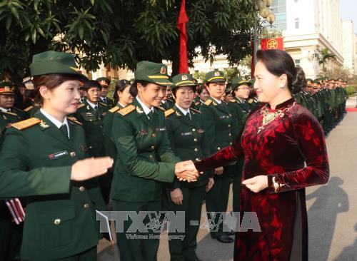 Chủ tịch Quốc hội Nguyễn Thị Kim Ngân với cán bộ, sĩ quan Bộ Tư lệnh Thủ đô Hà Nội. Ảnh: TTXVN