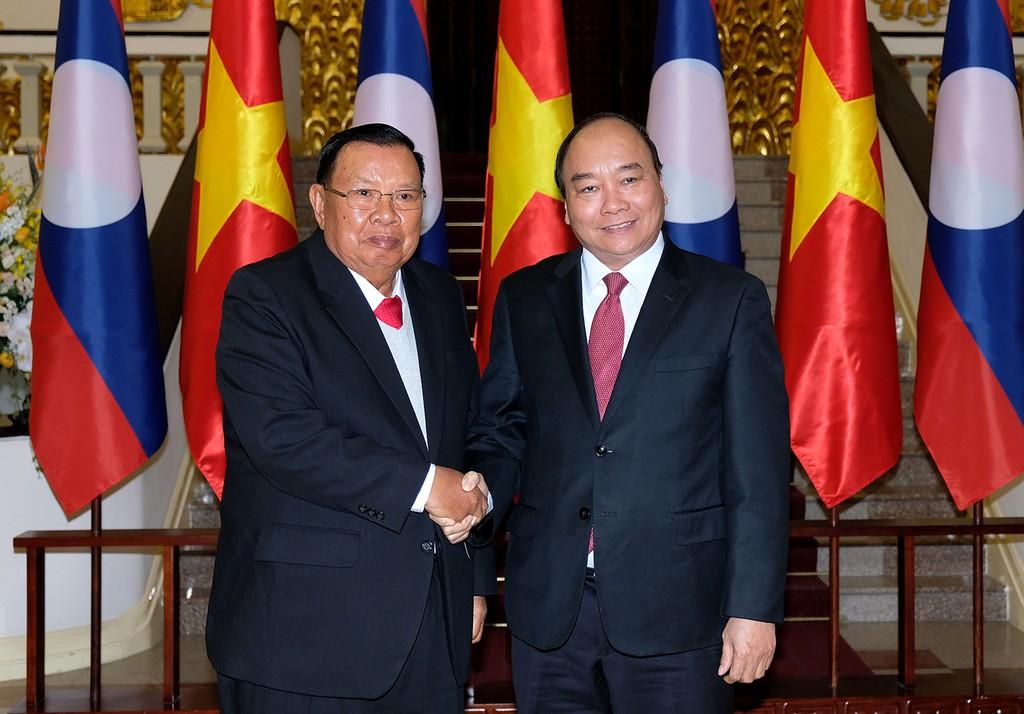 Thủ tướng Nguyễn Xuân Phúc hội kiến với Tổng Bí thư, Chủ tịch nước Lào Bounnhang Vorachit. Ảnh: VGP