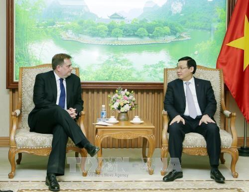 Phó Thủ tướng Chính phủ Vương Đình Huệ tiếp ông Paul Greenwood, Phó Chủ tịch Tập đoàn Exxon Mobil (Hoa Kỳ) đang thăm và làm việc tại Việt Nam. Ảnh: TTXVN