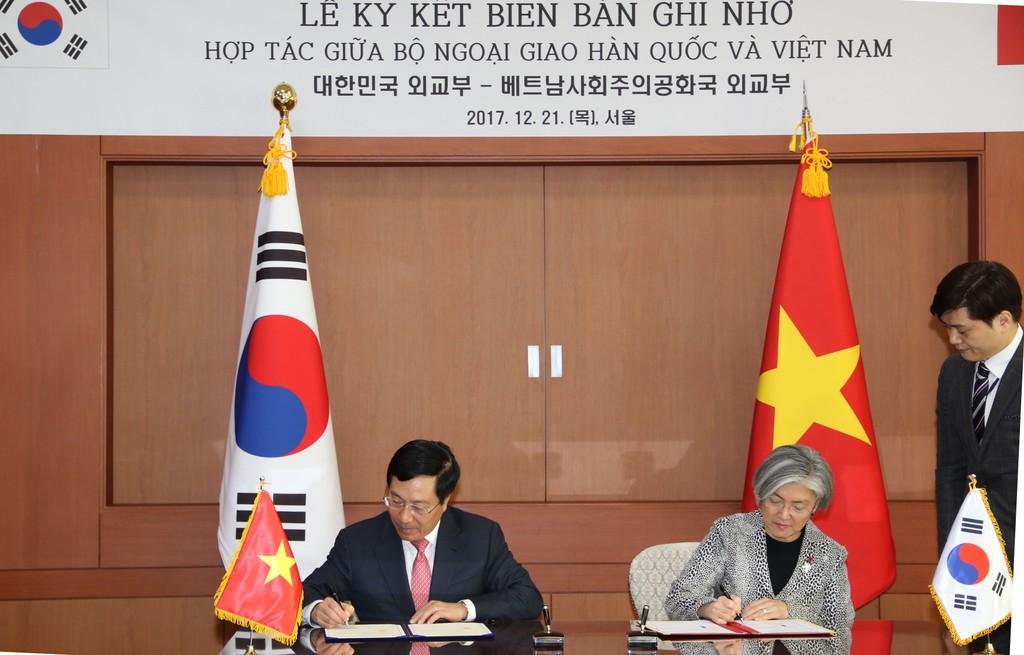 Phó Thủ tướng, Bộ trưởng Ngoại giao Phạm Bình Minh và Bộ trưởng Ngoại giao Hàn Quốc Kang Kyung Wha ký Biên bản ghi nhớ hợp tác giữa Bộ Ngoại giao hai nước