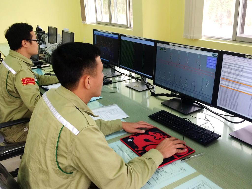 Nhân viên Trung tâm vận hành Nam Định theo dõi từ xa TBA 220kV Thái Thụy. Ảnh: VGP
