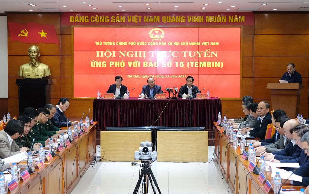 Thủ tướng chủ trì cuộc họp trực tuyến ứng phó với bão số 16. Ảnh: VGP