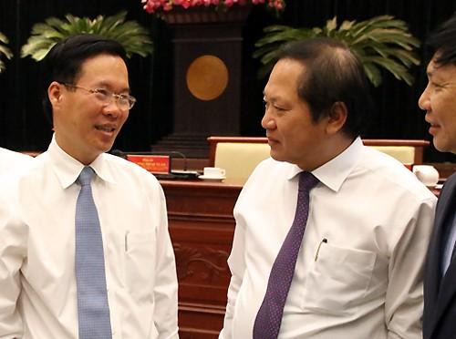 Trưởng Ban Tuyên giáo Trung ương Võ Văn Thưởng trao đổi với Bộ trưởng Trương Minh Tuấn bên lề hội nghị.