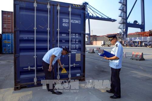 Hải quan kiểm tra niêm phong container hàng hóa xuất nhập khẩu. Ảnh minh họa: TTXVN.
