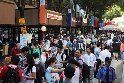 Đường sách Nguyễn Văn Bình kế bên Nhà thờ Đức Bà thu hút rất đông khách, nhất là dịp cuối tuần, lễ Tết.