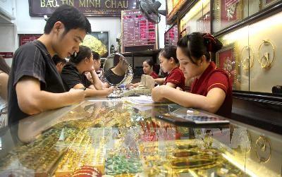 Người dân đến cửa hàng vàng Bảo Tín - Minh Châu trên phố Trần Nhân Tông - Hà Nội để mua bán vàng. Ảnh: TTXVN