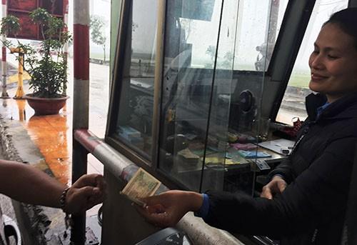 Tài xế trả tiền xu, nhân viên trạm BOT Cầu Rác từ chối bán vé - ảnh 2