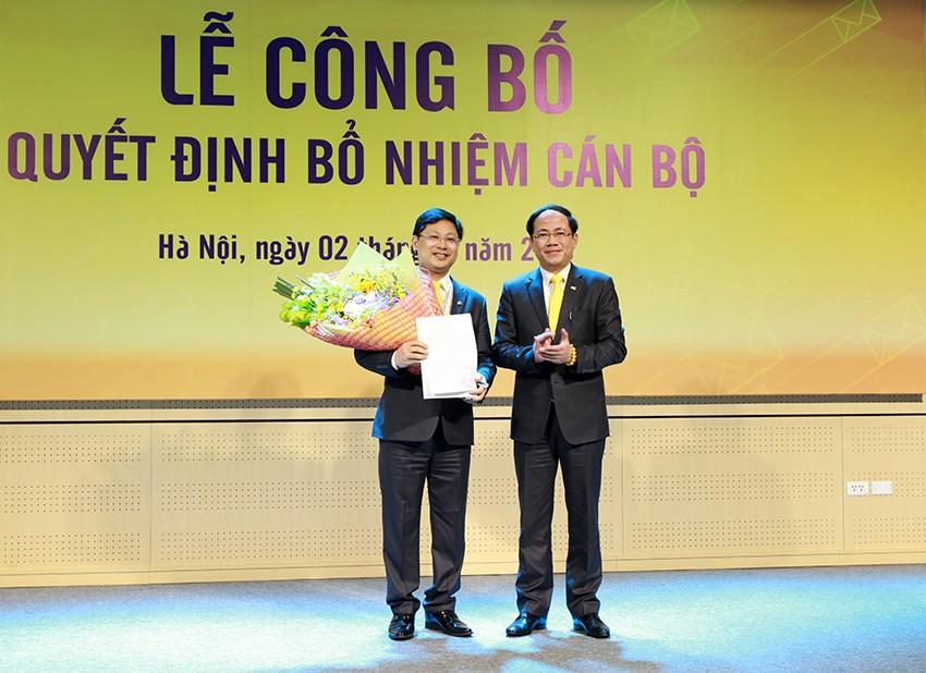 Ông Phạm Anh Tuấn,Chủ tịch Hội đồng thành viên trao quyết định bổ nhiệm Tổng giám đốc Tổng công ty Bưu điện Việt Nam cho ông Chu Quang Hào. Ảnh Internet