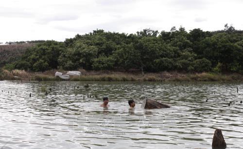 Lực lượng chức năng trục vớt những khúc gỗ lớn dưới lòng hồ Thủy điện Sê San 3A.
