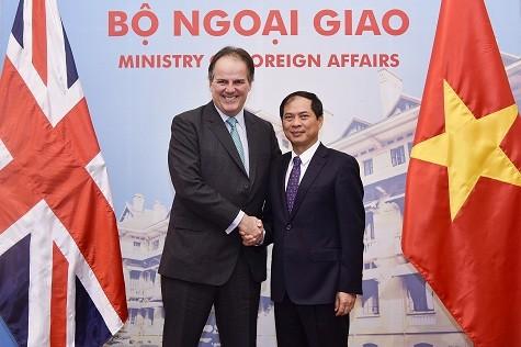 Phó Thủ tướng Phạm Bình Minh tiếp Quốc vụ khanh Bộ Ngoại giao Anh - ảnh 1