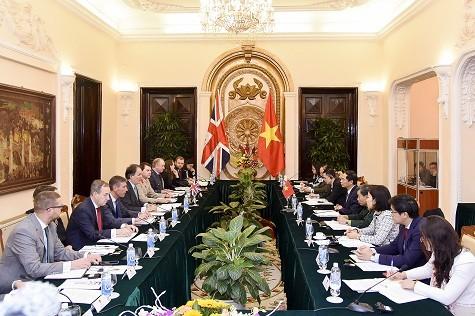 Phó Thủ tướng Phạm Bình Minh tiếp Quốc vụ khanh Bộ Ngoại giao Anh - ảnh 2