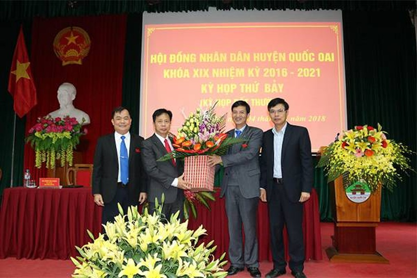 Các lãnh đạo Ban tổ chức Thành ủy, lãnh đạo huyện tặng hoa chúc mừng ông Phùng Văn Dũng - Chủ tịch HĐND huyện