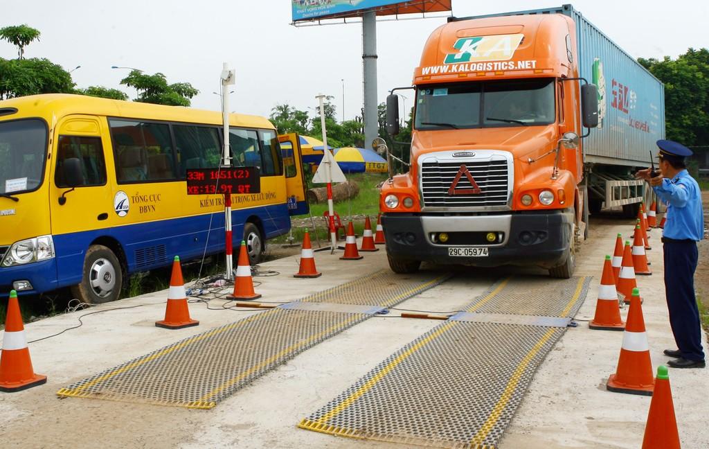 Năm 2017, các trạm kiểm tra trọng tải xe  và Thanh tra các Sở GTVT đã tiến hành kiểm tra 277.717 xe. Ảnh: Tường Lâm
