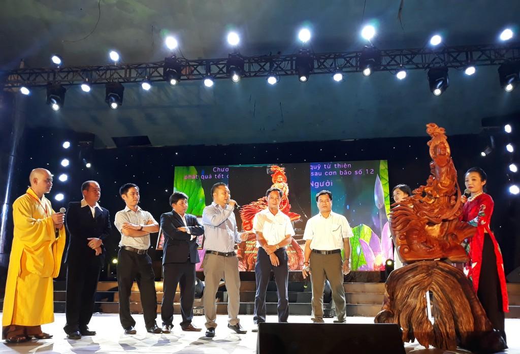 Ông Đoàn Ngọc Phương Vy, Phó Tổng giám đốc Kinh doanh Tiếp thị Việt Úc Group tham gia đấu giá bức Tượng Quan Âm được tạc từ gỗ dâu.