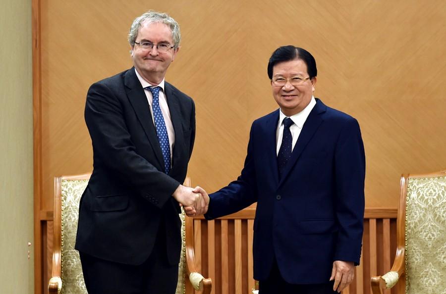 Phó Thủ tướng Trịnh Đình Dũng tiếp ông Jonathan Taylor, Phó Chủ tịch EIB. Ảnh: VGP