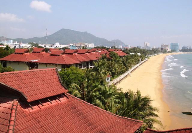 """Resort Hoàng Gia Quy Nhơn tọa lạc trên khu đất có diện tích hàng chục nghìn mét vuông nằm dọc theo bờ biển trung tâm TP Quy Nhơn (Bình Định), được xem là khu """"đất vàng""""."""