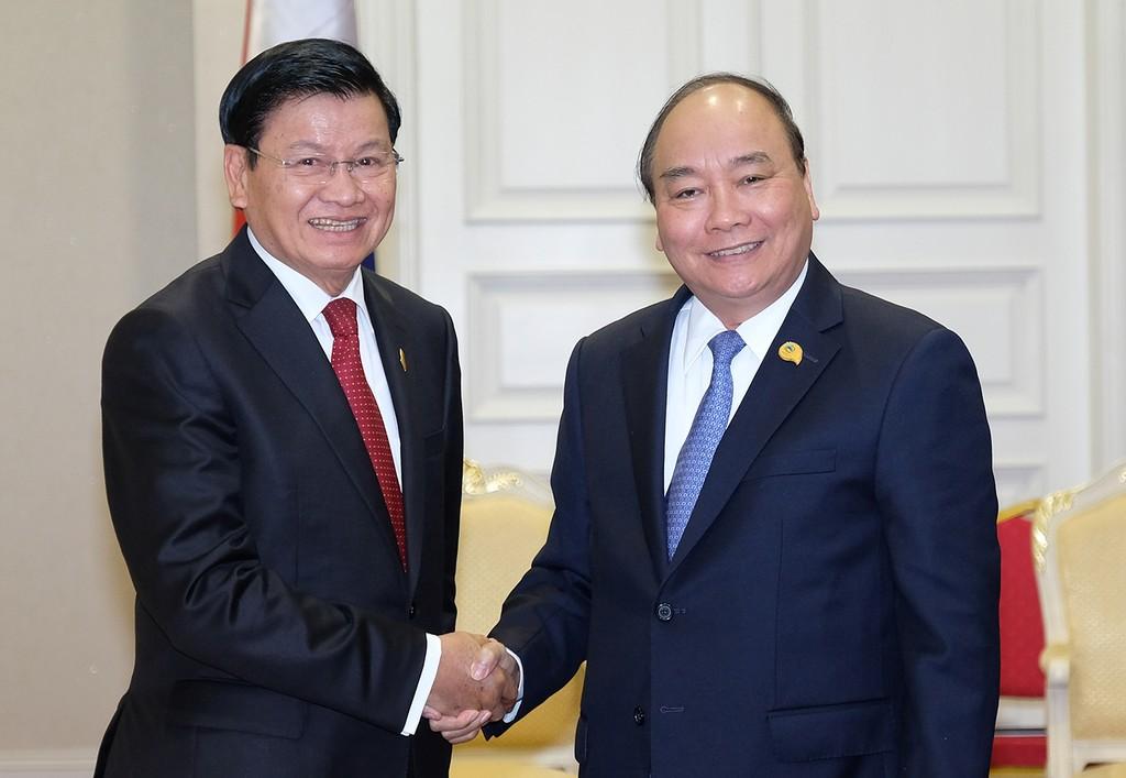 Thủ tướng Chính phủ Nguyễn Xuân Phúc gặp song phương với Thủ tướng Lào Thoongloun Sisoulith bên lề MLC.Ảnh: VGP